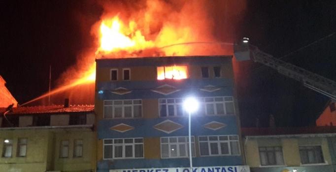 Devrilen elektrikli soba evi yaktı